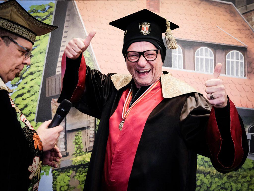 "Geschafft: Doktor humoris causa inklusive Talar und ""Doktor-Beanie""..."