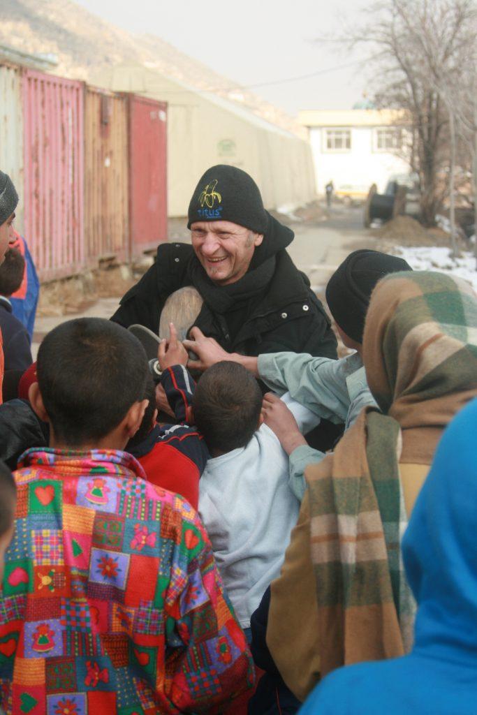 Und dann an die Waisenkinder verteilen, was für eine Freude!