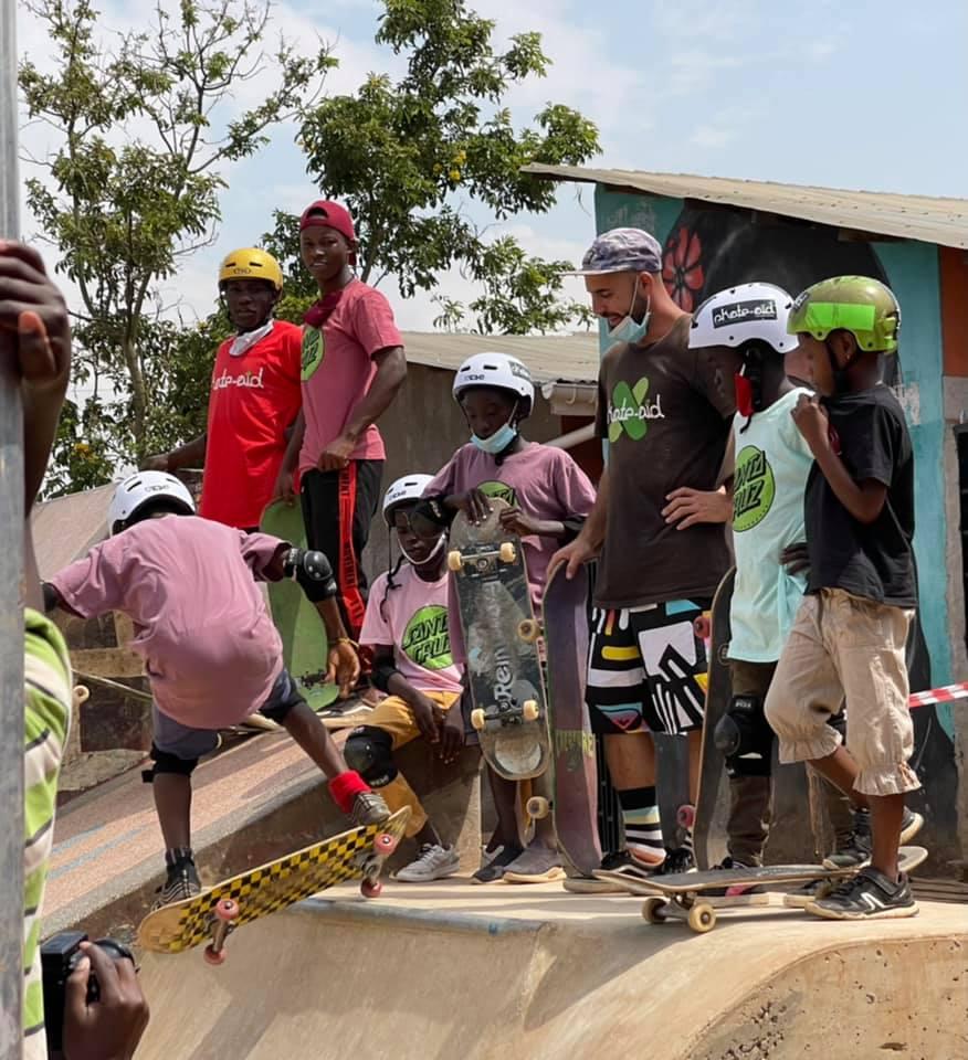 Wie immer: Begeisterte Kids skaten im skate-aid USU-Skatepark in Kampala